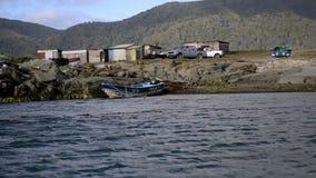 Fartyg på segla utmed kusten stock video