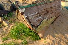 Fartyg på segla utmed kusten Arkivfoto