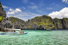 Fartyg på Shimizu Island nära El Nido - Palawan, Filippinerna Royaltyfria Bilder