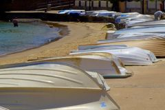 Fartyg på shoreline arkivfoto