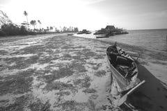Fartyg på sidan av stranden, Tanjung Pinang-Riau, Indonesien arkivfoton