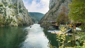 Fartyg på sjön på den Matka kanjonen i Skopjen royaltyfria foton