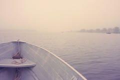 Fartyg på sjön i morgonen Arkivbild