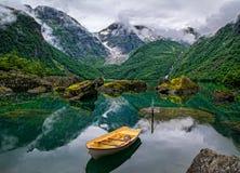 Fartyg på sjön på en bakgrund av berg och glaciären norway Royaltyfri Fotografi