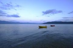 Fartyg på sjön Prespa Arkivfoto