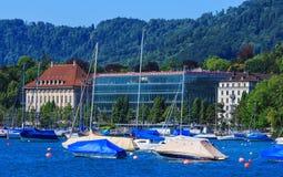 Fartyg på sjön Zurich i staden av Zurich, Schweiz Arkivfoton