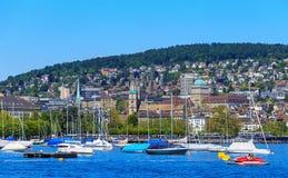 Fartyg på sjön Zurich, staden av Zurich i bakgrunden Royaltyfri Foto