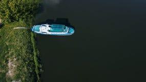 Fartyg på skeppsdockan på den flyg- sikten för sjö royaltyfria bilder