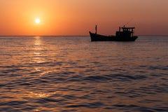 Fartyg på solnedgång Arkivfoton
