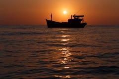 Fartyg på solnedgång Arkivbilder