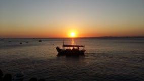 Fartyg på solnedgången arkivbilder