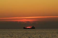 Fartyg på solnedgången Royaltyfria Foton