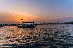 Fartyg på solnedgången Fotografering för Bildbyråer