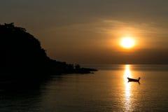 Fartyg på solnedgången i Thailand royaltyfri fotografi