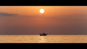 Fartyg på soluppgången Royaltyfri Foto