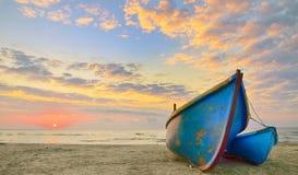 Fartyg på soluppgångtid Arkivbild