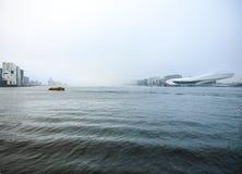 Fartyg på stad kanaliserar nära pir av centralstationen i dimmig dag Fotografering för Bildbyråer