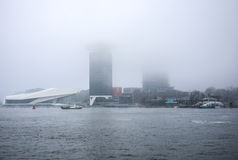 Fartyg på stad kanaliserar nära pir av centralstationen i dimmig dag Royaltyfria Bilder
