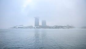 Fartyg på stad kanaliserar nära pir av centralstationen i dimmig dag Royaltyfri Bild
