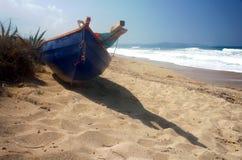 Fartyg på strand Arkivbild