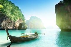 Fartyg på den små ön i Thailand royaltyfri fotografi