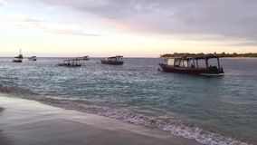 Fartyg på stranden på den Gili Trawangan In Indonesia At solnedgången, video för längd i fot räknat 4k arkivfilmer
