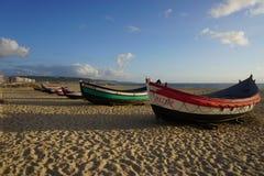 Fartyg på stranden i Nazare, Portugal fotografering för bildbyråer