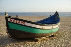 Fartyg på stranden i Nazare, Portugal royaltyfri fotografi