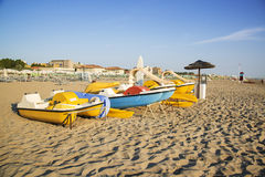 Fartyg på stranden i Rimini, Italien Royaltyfria Bilder