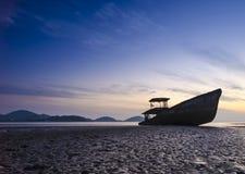 Fartyg på stranden i skymningtid Fotografering för Bildbyråer