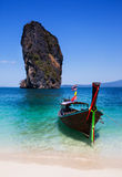 Fartyg på stranden på den Phuket ön, turist- dragning i Thaila Arkivfoton