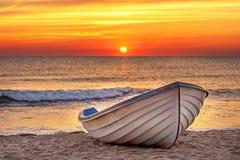 Fartyg på stranden på soluppgångtid Royaltyfria Bilder