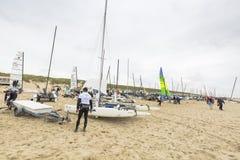 Fartyg på stranden under runda Texel Arkivfoton