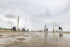 Fartyg på stranden under runda Texel Arkivbilder
