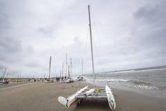 Fartyg på stranden under runda Texel Arkivfoto
