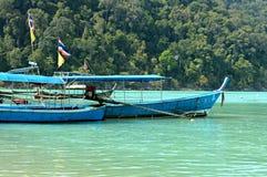 Fartyg på Surin öar Thailand Arkivfoto