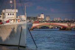 Fartyg på Themsen för en flod Arkivfoto