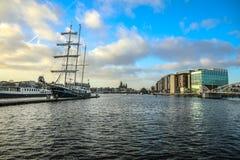 Fartyg på vatten i härlig aftonsol ställde in Royaltyfria Bilder