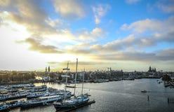 Fartyg på vatten i härlig aftonsol ställde in Royaltyfri Foto