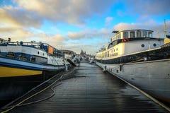 Fartyg på vatten i härlig aftonsol ställde in Arkivbilder