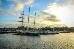 Fartyg på vatten i härlig aftonsol ställde in Royaltyfri Bild