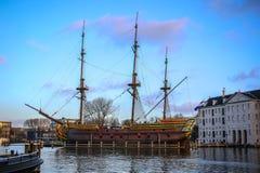 Fartyg på vatten i härlig aftonsol ställde in Royaltyfria Foton
