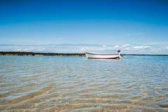 Fartyg på vatten med lowtide fotografering för bildbyråer
