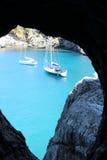 Fartyg på vattensikt från tunnelen royaltyfri fotografi