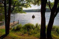 Fartyg på vildmark sjön Royaltyfri Fotografi