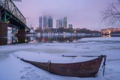 Fartyg på vintern mot av Moskvastaden Arkivbilder