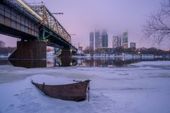 Fartyg på vintern mot av Moskvastaden Royaltyfri Foto