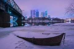 Fartyg på vintern mot av Moskvastaden Arkivfoton