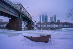 Fartyg på vintern mot av Moskvastaden Royaltyfri Fotografi