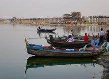 Fartyg på Amarapura sjön på den Ubein bron Arkivfoton